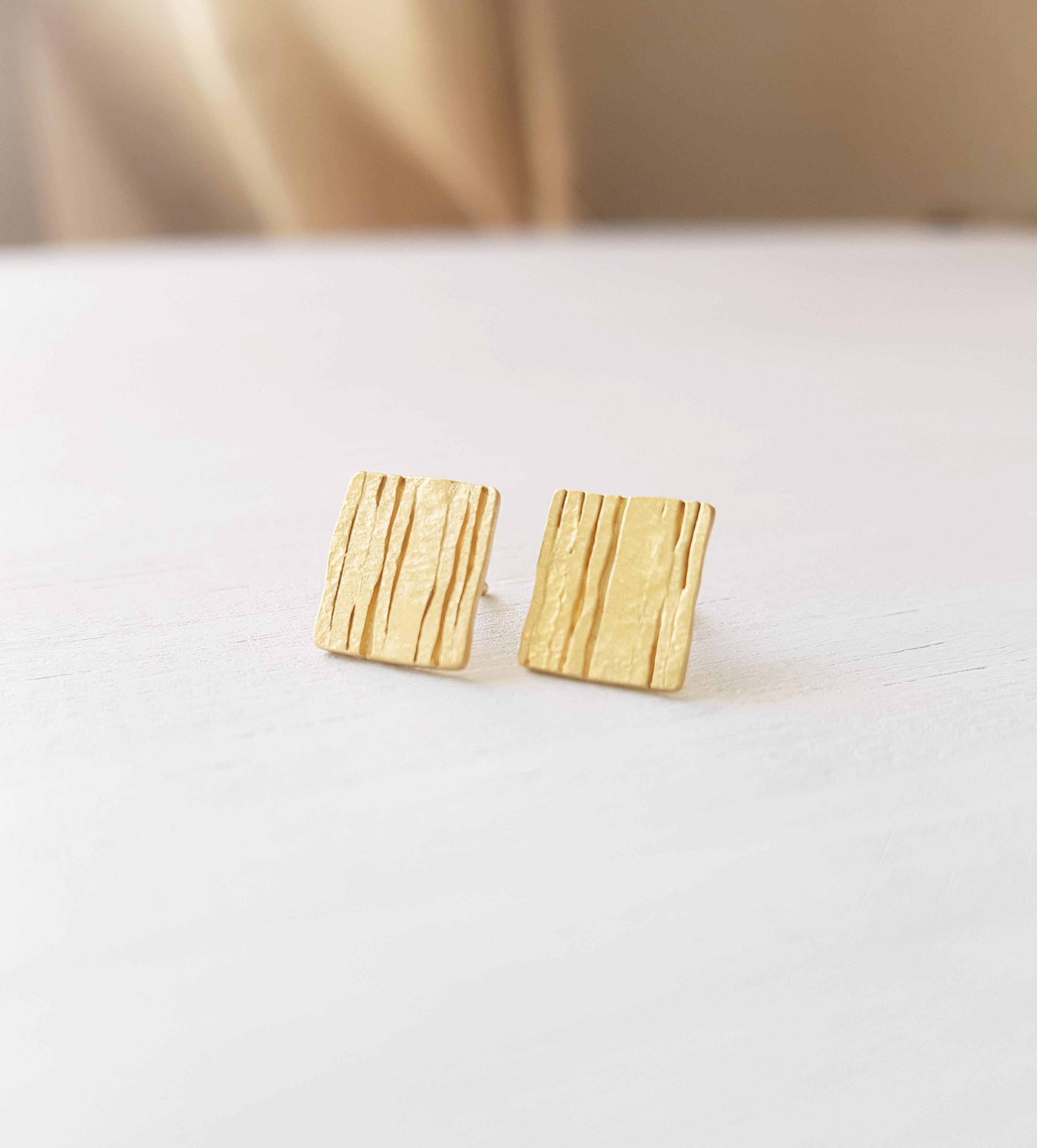 709b1f418322 joyería artesanal Aida Cabo - pendientes dorados- cierre presión - mate - 1